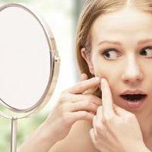 tocar pellizcar acne
